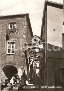 1955 ca VARESE LIGURE Bimbe giocano con fontanella in un vicolo *Cartolina FG NV