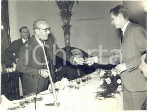 1963 TORINO Alfredo DELLA SETA premia il pilota LANCIA Ugo BAGNASACCO *Foto