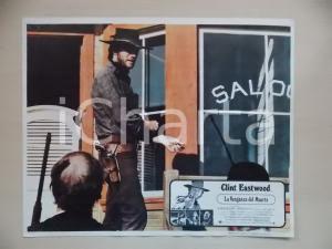 1973 LO STRANIERO SENZA NOME Clint EASTWOOD esce dal saloon *Lobby card 34x28 cm