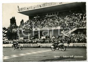 1955 AUTODROMO DI MONZA Spettatori esultano al passaggio delle moto *Cartolina