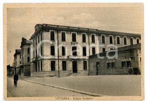 1940 ca VITTORIA (RG) Edificio scolastico *Cartolina ANIMATA con bicicletta FG