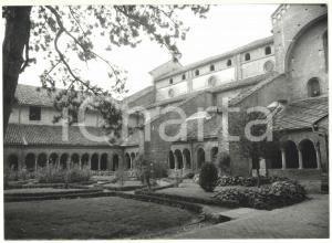 1981 STAFFARDA DI REVELLO Veduta sul chiostro dell'abbazia di Santa Maria *Foto