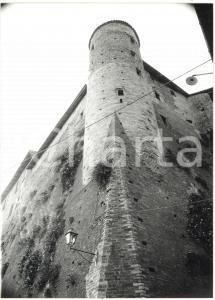 1981 CASTIGLIONE FALLETTO - Veduta dal basso di un torre angolare del castello