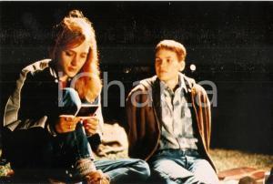 1999 BOYS DON'T CRY Hilary SWANK and Chloë SEVIGNY look at a polaroid *PHOTO 22x15