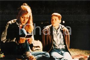 1999 BOYS DON'T CRY Hilary SWANK and Chloë SEVIGNY look at a polaroid *PHOTO