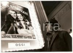 1989 SPLENDOR Marcello MASTROIANNI guarda manifesto LA VITA E' MERAVIGLIOSA Foto