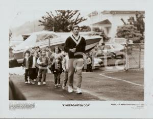 1990 KINDERGARTEN COP Arnold SCHWARZENEGGER jogging with his class *Photo 25x20
