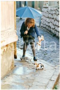 1990 LA LUNA EN EL ESPEJO Gloria MUNCHMEYER feeds two kittens *Foto 12x18 cm