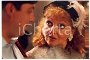 1990 LA LUNA EN EL ESPEJO Gloria MUNCHMEYER talks with Ernesto BEADLE *Photo
