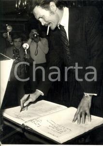 1972 MILANO Attore Jack PALANCE in visita firma registro presenze - Foto 24x30