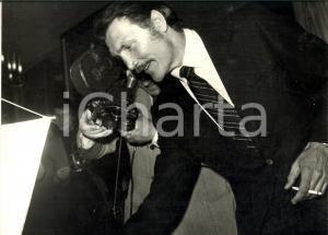 1972 MILANO Attore Jack PALANCE tra i paparazzi - Fotografia 30x24 cm