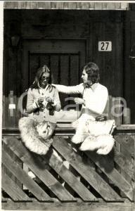 1970 ca GOSSIP ITALIA Barbara BOUCHET in montagna con Paolo PAZZAGLIA (6) - Foto