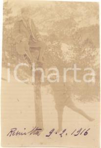 1916 WW1 RESIUTTA Ufficiali scherzano su tronco d'albero *Foto CURIOSA 6x9 cm