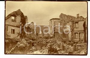 1916 WW1 ZONA DI GUERRA Soldato in un paese distrutto *Fotografia 7x4 cm