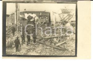 1917 WW1 ZONA DI GUERRA Soldati tra le rovine di un paese *Foto cartolina