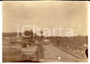 1916 WW1 ZONA DI GUERRA Auto militare al passaggio su un ponte *Foto 8x6 cm