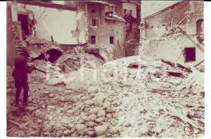 1917 WW1 ZONA DI GUERRA Alpino tra le rovine di un paese *Foto 13x9 cm