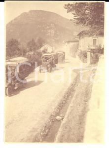 1916 WW1 ZONA DI GUERRA Colonna di mezzi militari in un paese *Foto 6x8 cm