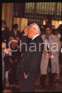 35mm vintage slide* 1995ca Gianni AGNELLI durante pausa di un convegno