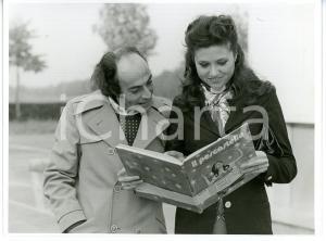 1973 ITALIA COSTUME Gigliola CINQUETTI sfoglia il libro IL PESCASTELLE *Foto