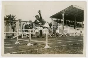 1940 ca TORINO LITTORIALI ATLETICA Giovane durante corsa a ostacoli *Foto