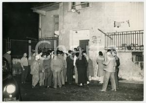1956 TORINO Omicidio Franca DE MARCHI - Folla radunata a casa della vittima