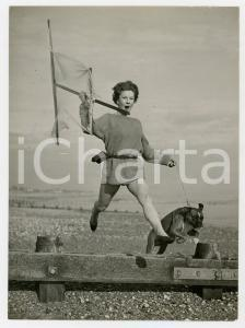 1956 BEXHILL ENGLAND - Carol MASTERS running on the beach with the dog BOOZER