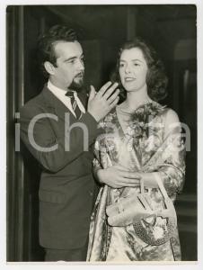 1958 LONDON Fulham Town Hall - Hypnostist Richard RHOADS with his wife Joyce