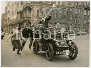 1958 LONDON Imperial College - Studenti festeggiano su auto JAMES AND BROWNE