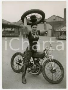1959 BELLE VUE MANCHESTER - Stunt rider Pat CROSSLEY on her motorcycle *Photo