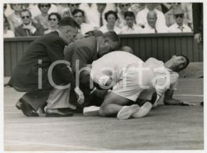 1960 LONDON WIMBLEDON Centre Court - Butch BUCHHOLZ a terra per infortunio *Foto