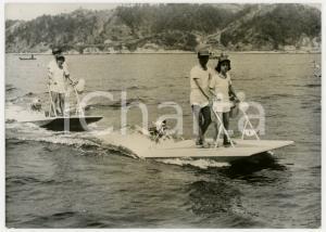 1961 JAPAN - Due coppie provano il nuovo sport nautico