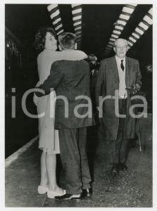 1963 LONDON King's Cross station - Prime Minister Harold MACMILLAN *Photo 13x18