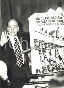 1971 ROMA MSI Giorgio ALMIRANTE con manifesto di LOTTA CONTINUA *Foto 13x18 cm