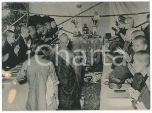 1956 HONG KONG Buddhist monks praying for children drowned - Photo 20x15 cm
