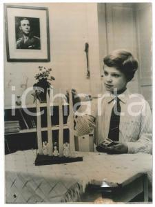 1955 SWEDEN Crown Prince Carl Gustaf preparing for Christmas - Photo 15x20 cm