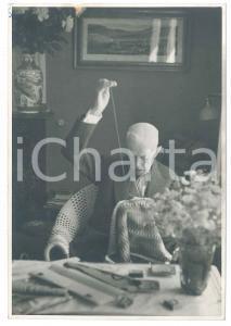 1950 SWEDEN Old King Gustaf V sewing - RARE Photo 12x17 cm