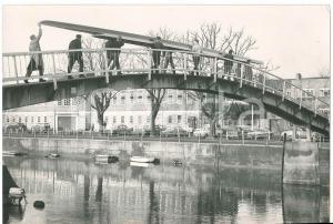 1968 TWICKENHAM / LONDON The new boat for Cambridge carried over a footbrigde