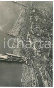 1960 ca BRIGHTON (UK) The crowd-filled beach - Airview - Photo