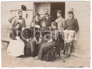 1894 ITALIA Famiglia nel cortile di una casa rurale - Fotografia ANONIMA 16x12