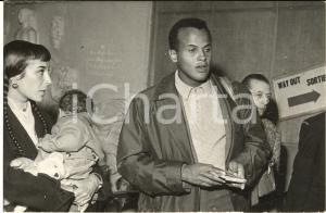 1958 PARIS Arrivo di Harry BELAFONTE con la moglie Julie ROBINSON *Foto 18x12 cm