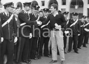 1957 GENOVA Rally del Cinema - Attore Roberto RISSO saluta i carabinieri *Foto