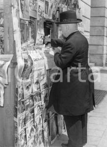 1954 GENOVA Il cardinale Francis Joseph SPELLMAN in edicola (2) Foto 18x24 cm