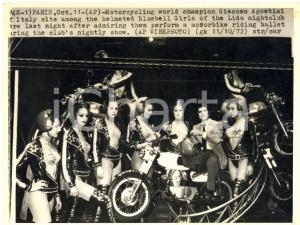 1972 PARIS Motorcycling champion Giacomo AGOSTINI with Bluebell Girls - Photo