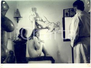 1970 ca CINEMA PARIS MONTPARNASSE Nude scene in the atelier of a painter *Photo
