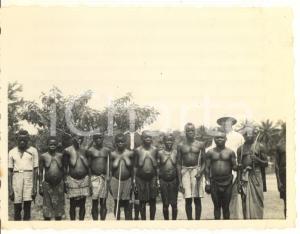 1930 ca CONGO BELGA - Tribù di pigmei con europeo (1) Foto 10x8 cm