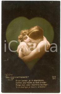 1926 COUPLE Vas-zizi-carrément! - Romantic lovers kissing - Vintage postcard