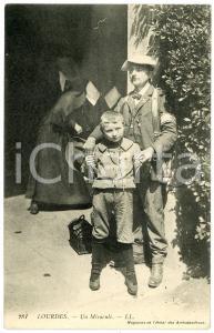 1910 LOURDES (FRANCE) Un enfant miraculé - Carte postale ancienne CPA
