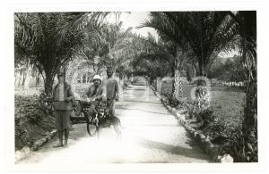 1918 RUANDA - KISENYI - Allée avec européen en rickshaw *Photo REPRINT 1950