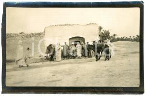 1920 ca ALGERIA - Gruppo di uomini in un villaggio -  Foto VINTAGE 14x9 cm